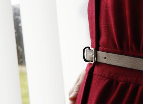 Röd klänning med vitt läderbälte