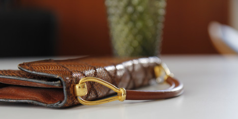 guldhandtag skinnväska