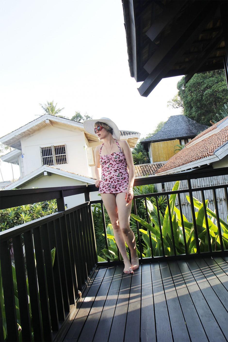körsbärsbaddräkt på balkong