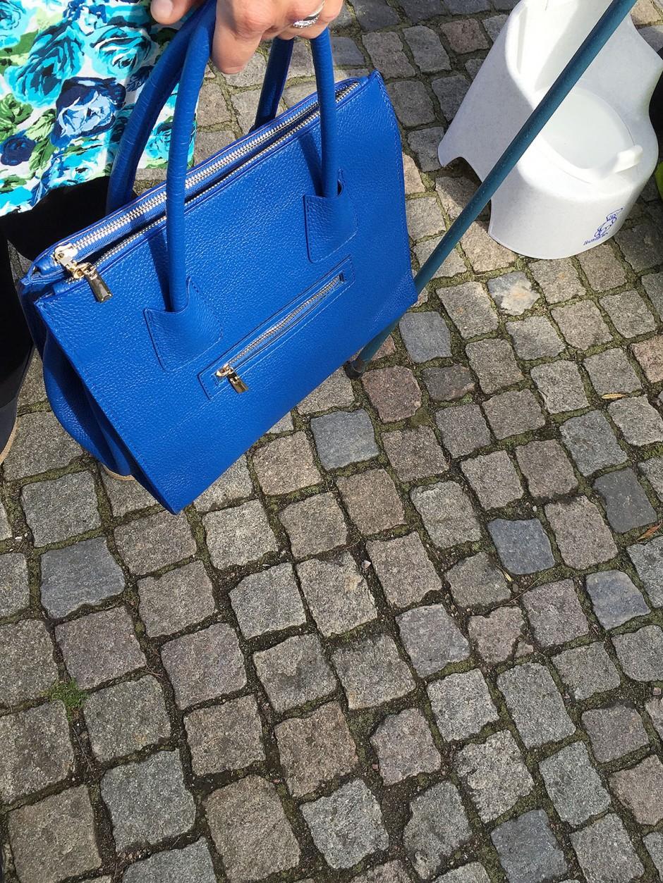 blå skinnväska