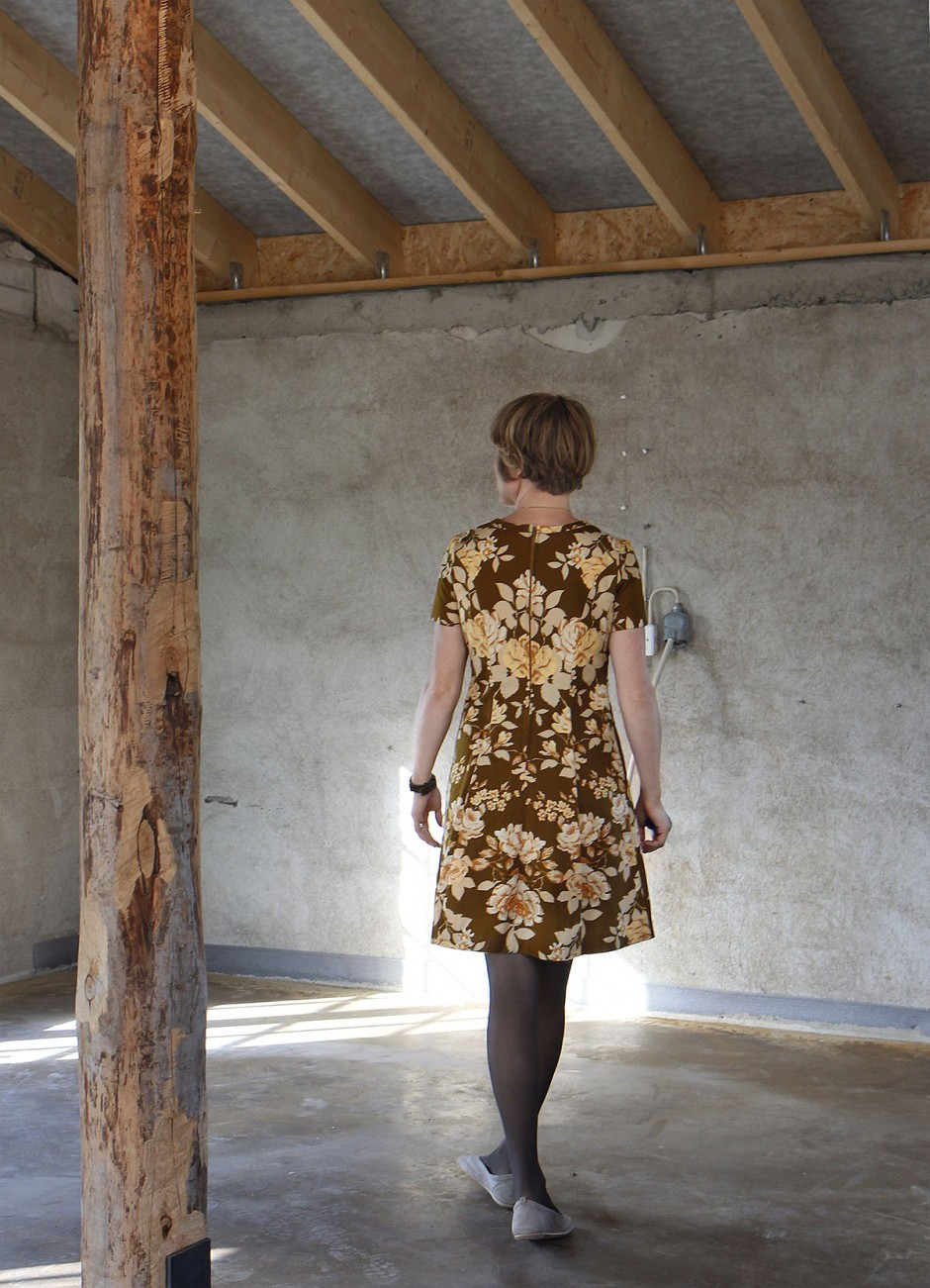 klänning blommor brun rygg