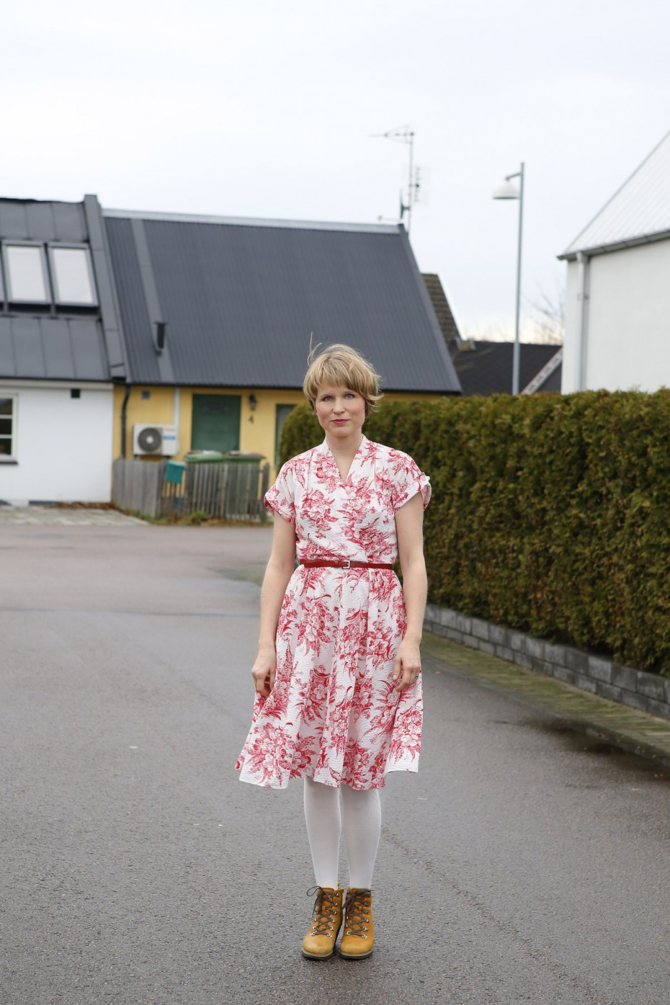vitröd klänning
