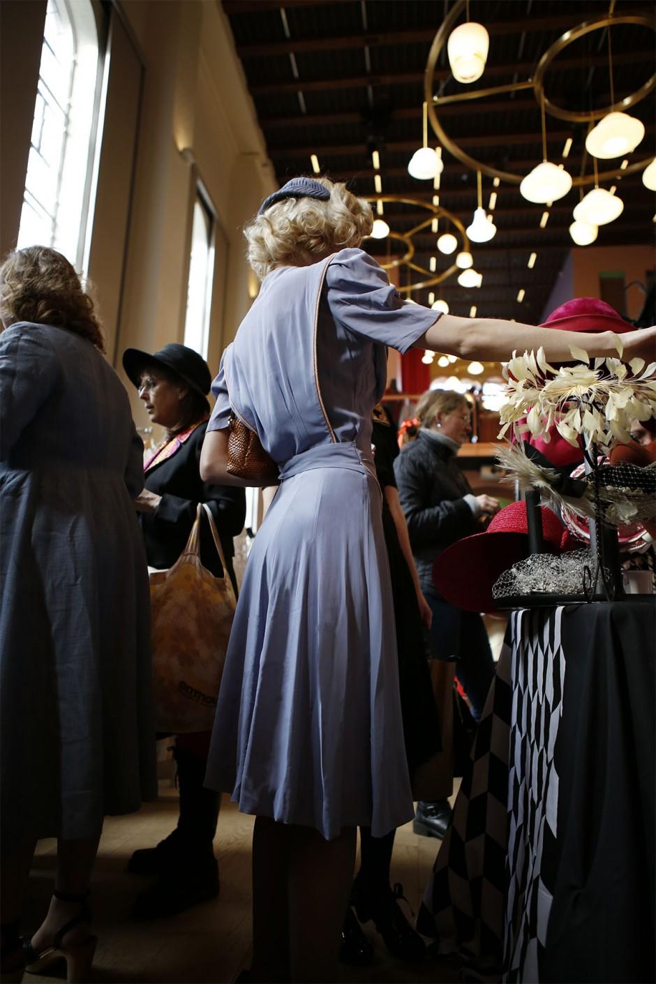 blå vintageklänning med hatt