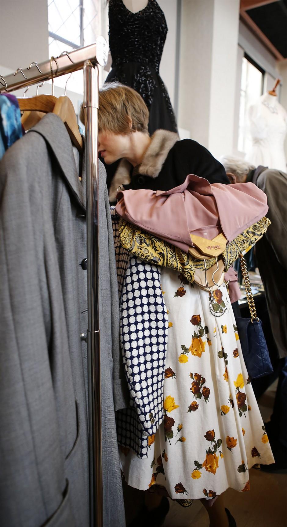 plockar kläder