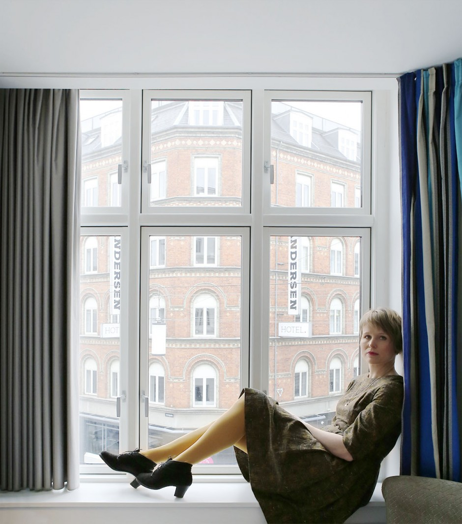 sitter i fönstret på hotel absalon