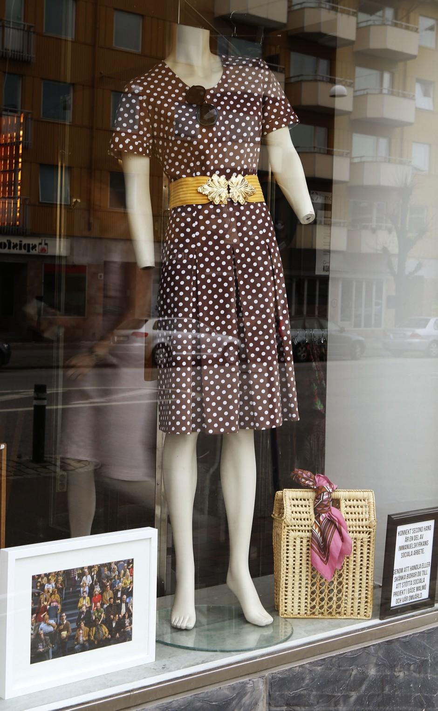 brun vintageklänning med prickar