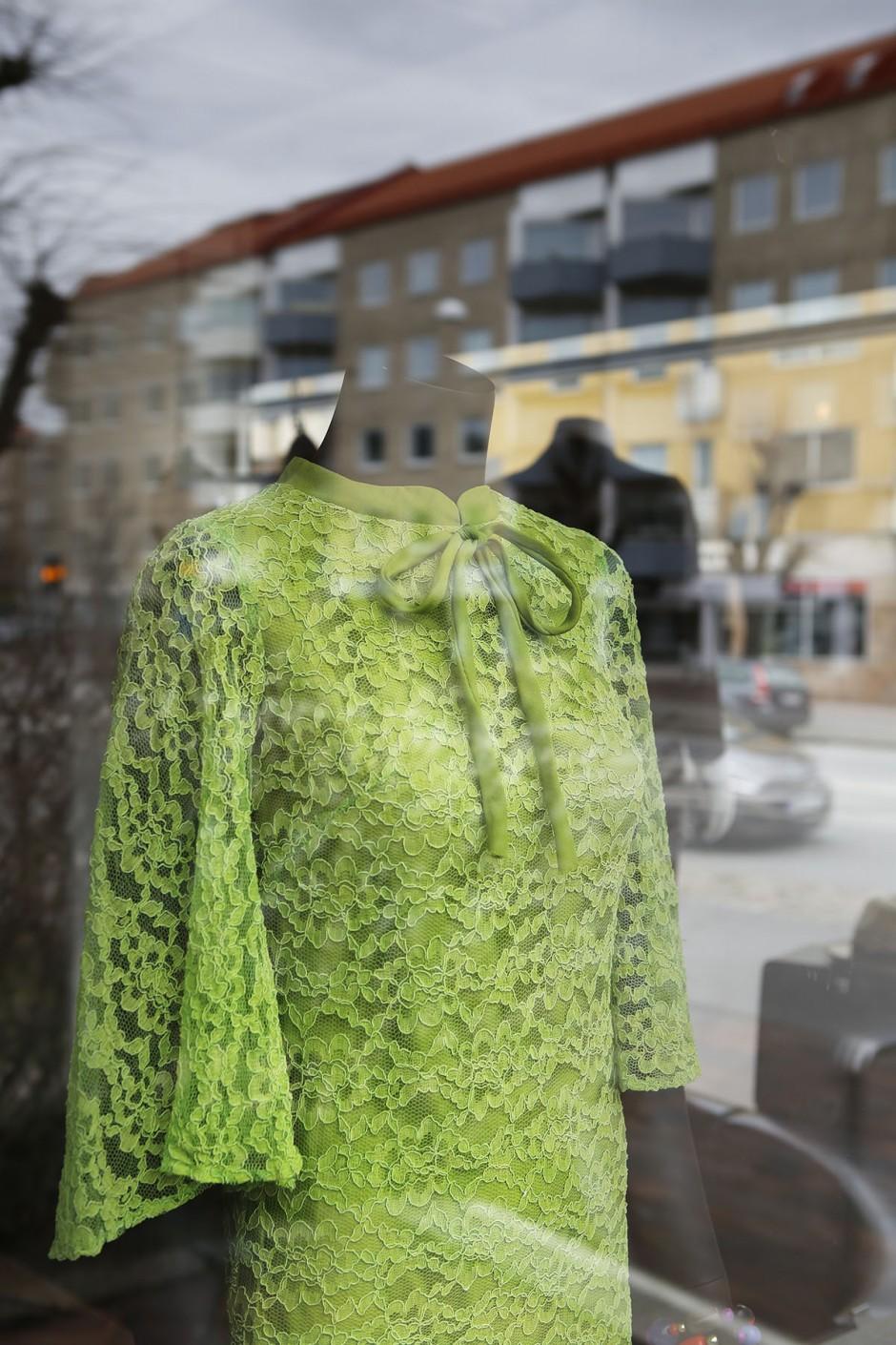 grön klänning i skyltfönster