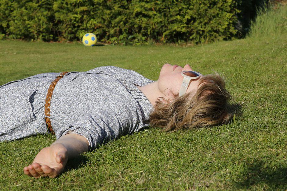 ligger i gräset