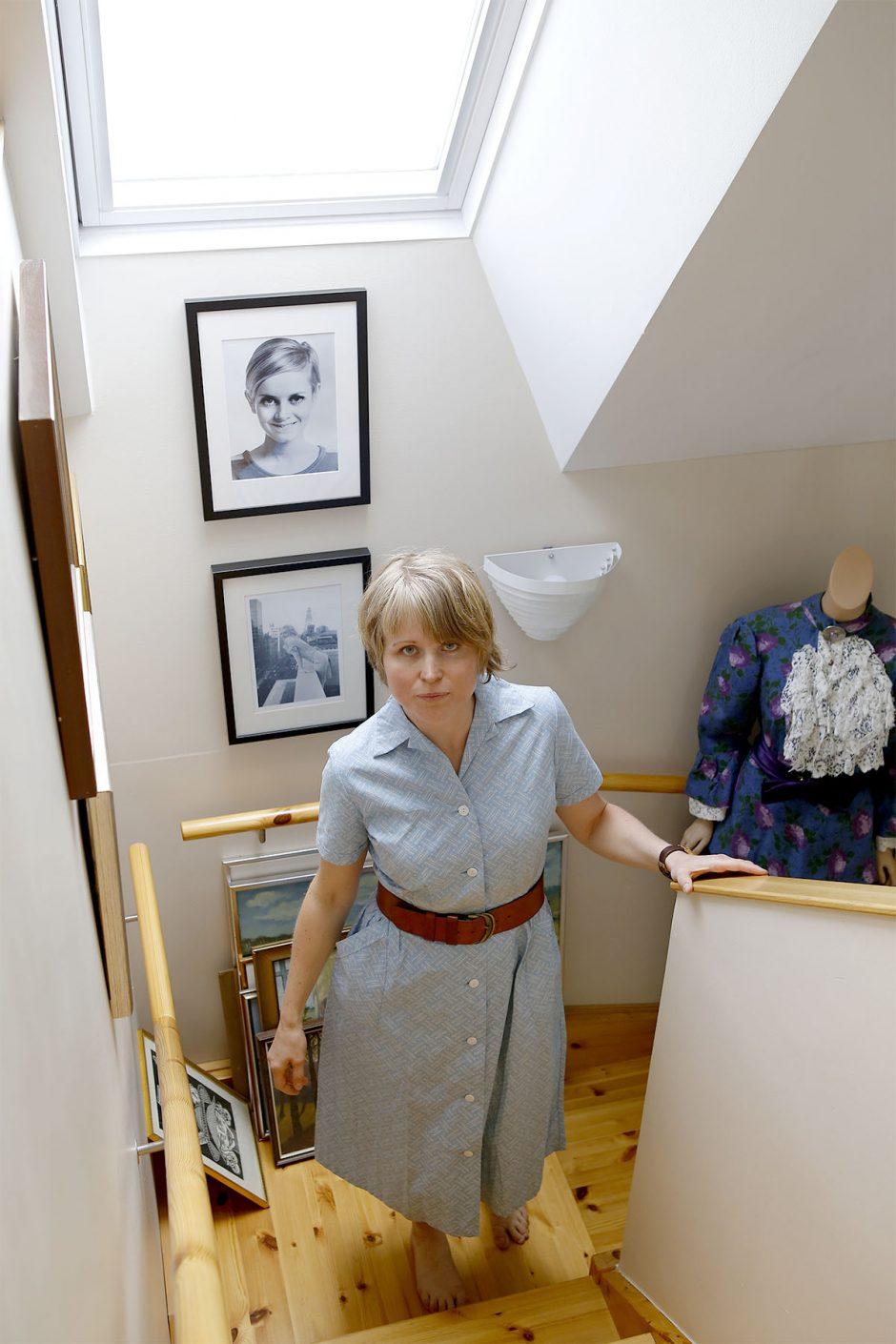 vintageklänning i trappan