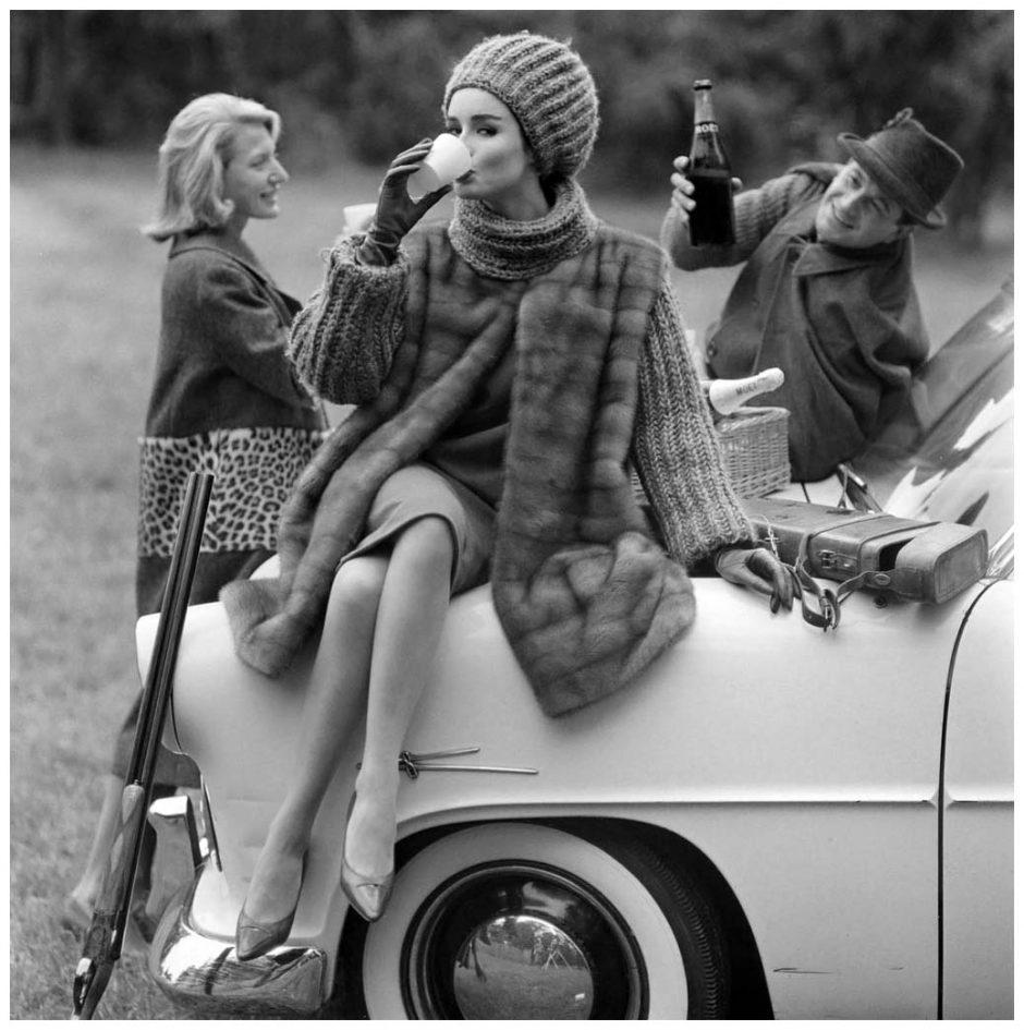 Christian Dior (1905-1957). Manteau. Mariage de la fourrure et du tricot pour une veste 3/4 en vison Emba Autumn Haze, travaillée en bandes horizontales et porté sur un deux-pièces. Bonnet assorti. Bas Dior. Fusil Gastine Renette. Automne-Hiver 1960. Photographie d'Henry Clarke (1918-1996), publiée dans Vogue France, octobre 1960, pp. 148-149. Galliera, musée de la Mode de la Ville de Paris.  Dimensions : 6 x 6